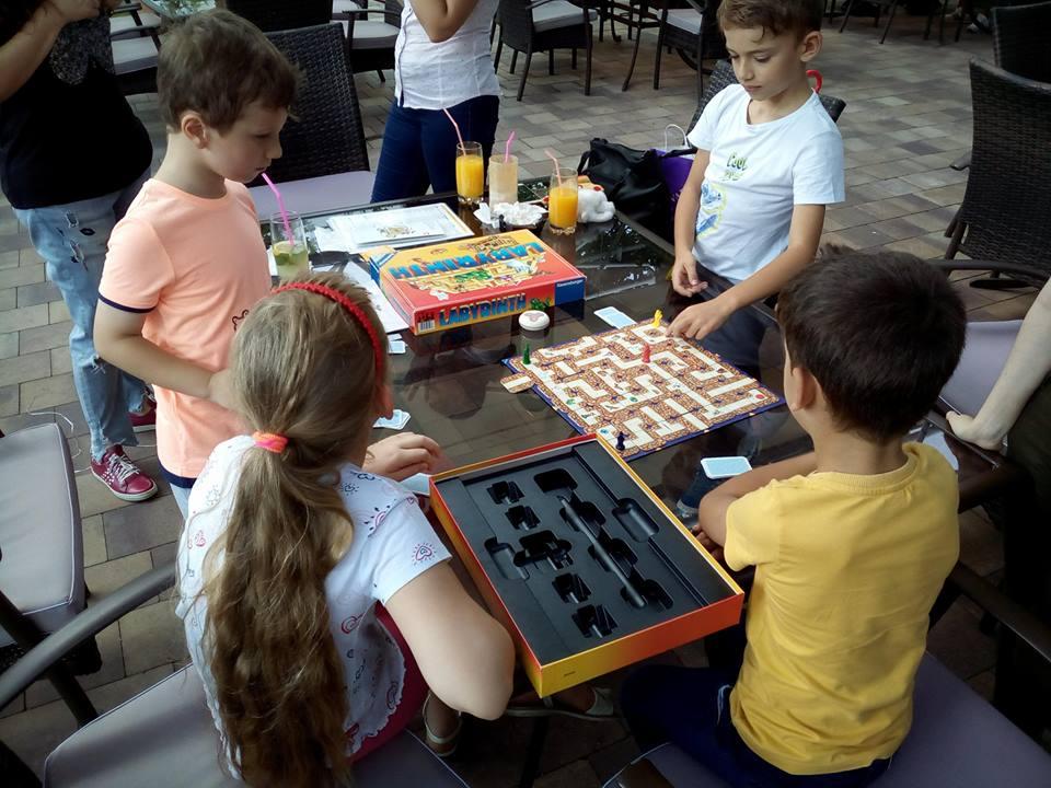 copiii joaca board games 18.08